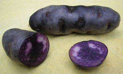 l'autre jour au marché j'ai découvert un autre légume original, la Vitelotte, une pomme de terre en robe du soir.