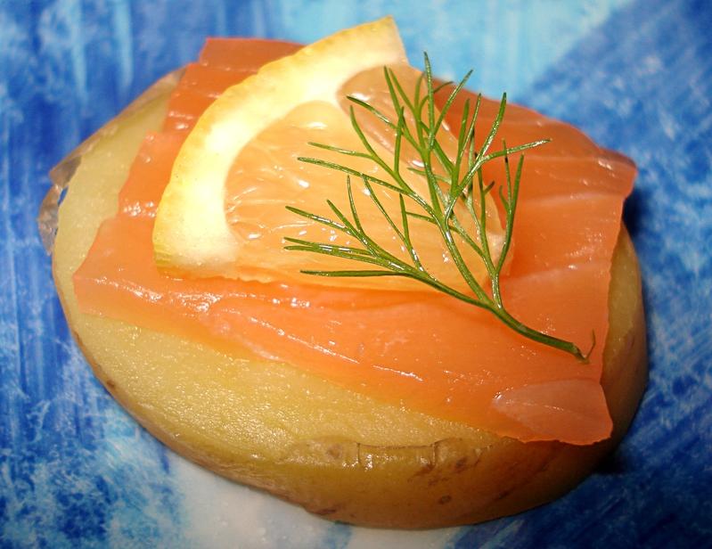 Canap s de pommes de terre au saumon for Canape saumon fume